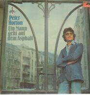 Peter Horton - Ein Mann geht auf dem Asphalt